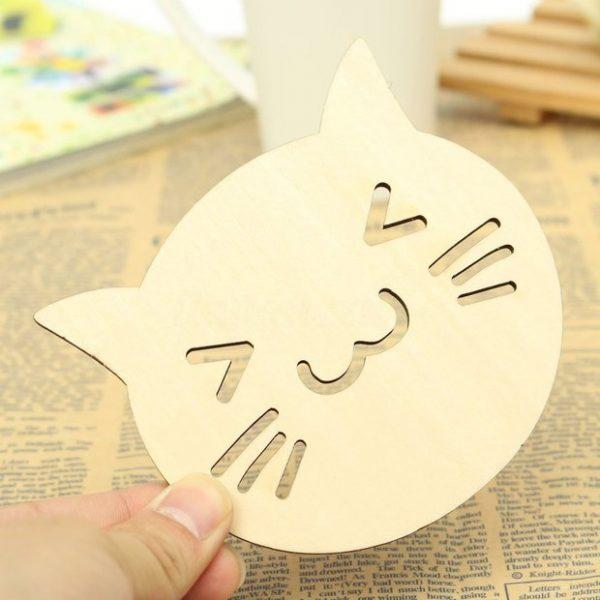 Présentation du dessous de plat / verre / bouteille en bois en forme de chat