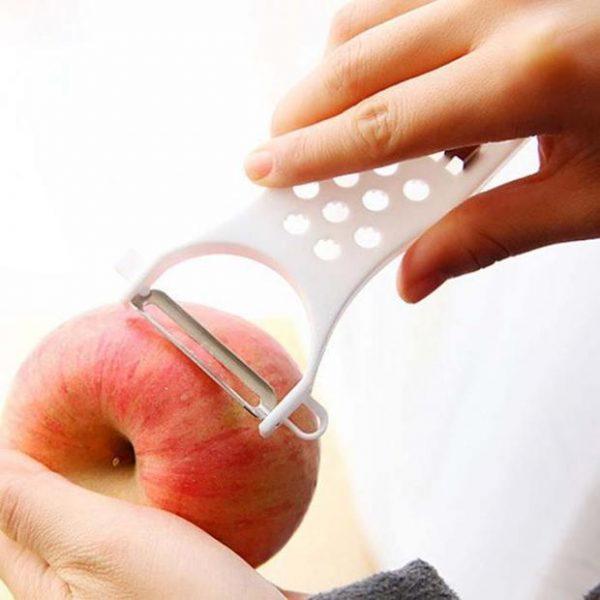 mise en situation éplucheur avec une pomme